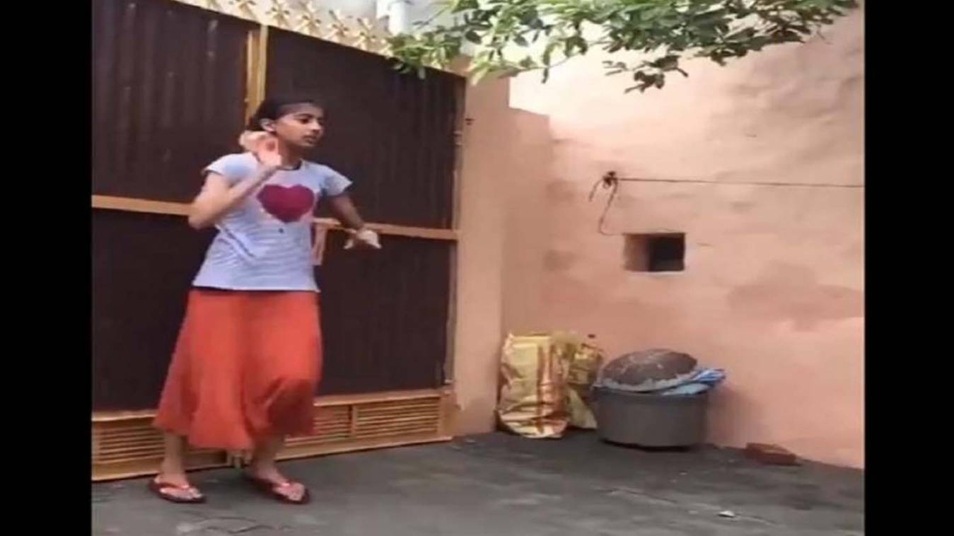 विडियो: इस लड़की के बॉलिंग स्टाइल का वीडियो देख लोगों ने कहा- 'ये तो भज्जी-बुमराह की गर्ल वर्जन है'