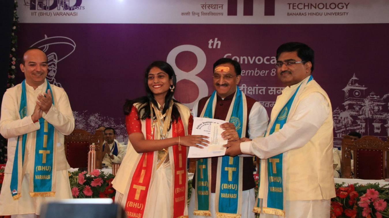 दीक्षांत समारोह: आईआईटी बीएचयू में साढ़े चार घंटे तक डिग्री बांटते रहे केंद्रीय मंत्री