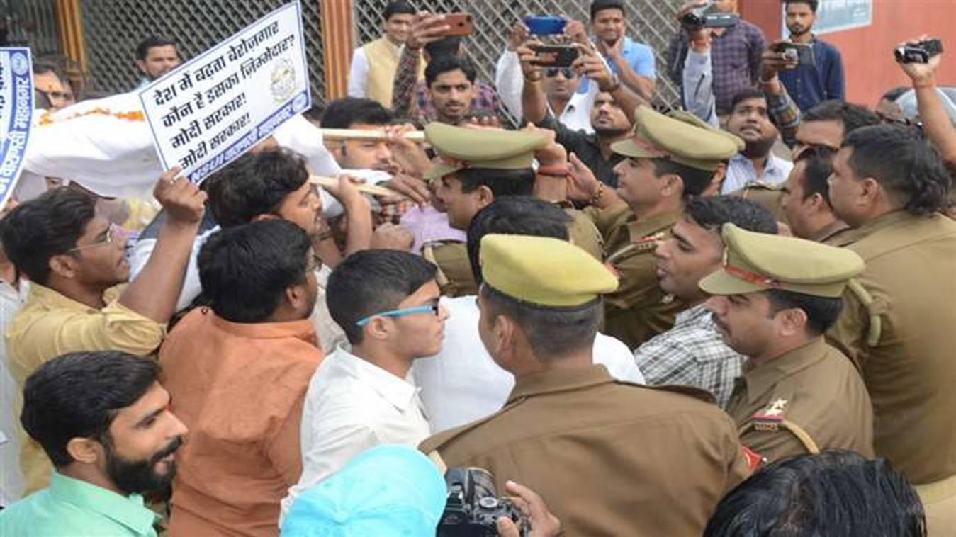 प्रदर्शन: नोटबंदी के खिलाफ प्रदर्शन के दौरान छात्रनेताओं से पुलिस की झड़प