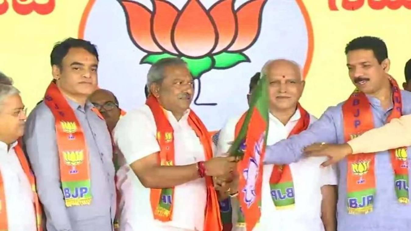 कांग्रेस-JDS के 15 बागी विधायकों ने थामा BJP का दामन, बीएस येदियुरप्पा ने दिलाई सदस्यता