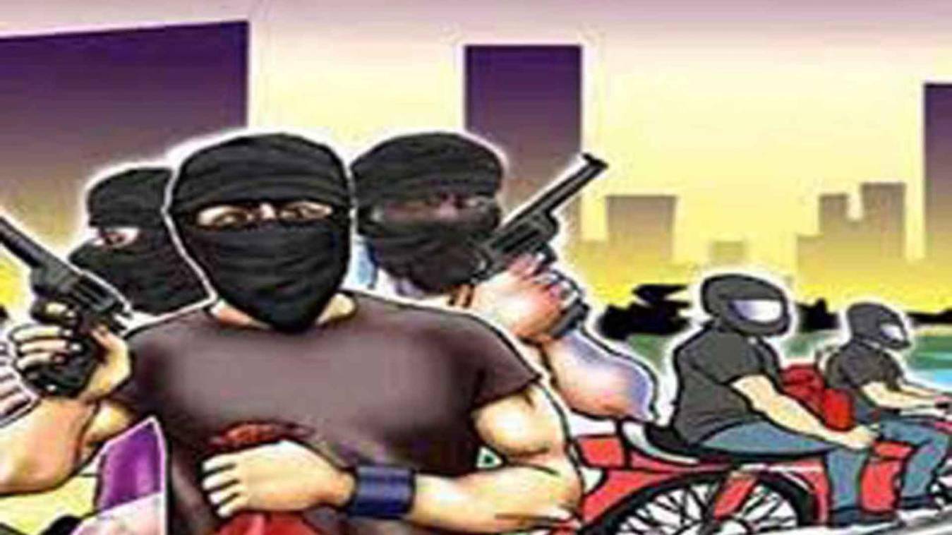 वाराणसी: पुलिस चौकी के समीप तमंचा दिखाकर दो लोगों को लूटा