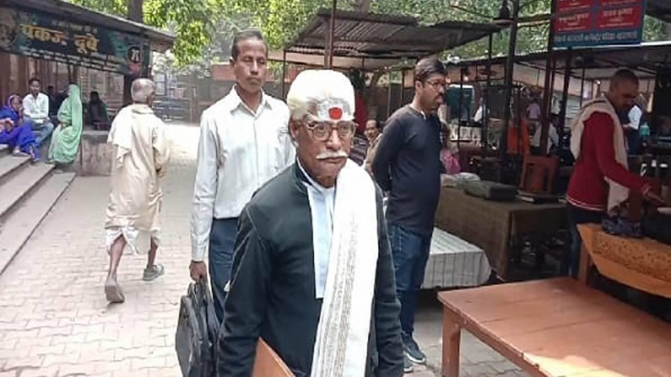 बनारस में 42 सालों से संस्कृत में वकालत कर रहा है यह वकील