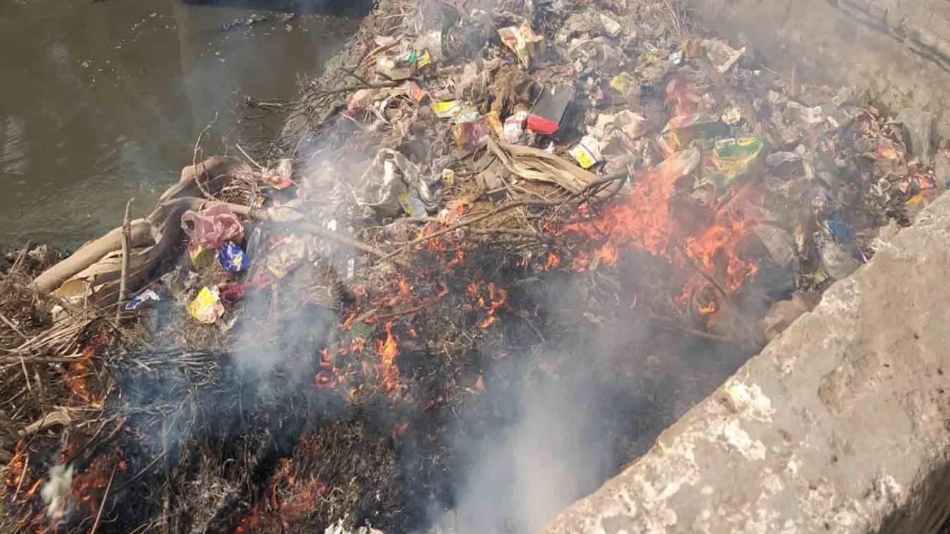वाराणसी: एनजीटी का आदेश धुआं-धुआं, निगम जला रहा खुलेआम कूड़ा