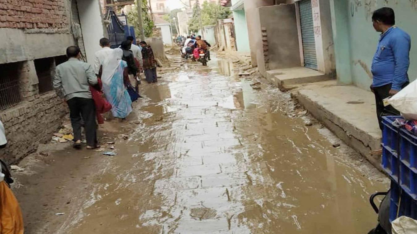 वाराणसी: पंचकोशी मार्ग पर बिन मौसम बरसात, लापरवाही से हो रहा काम
