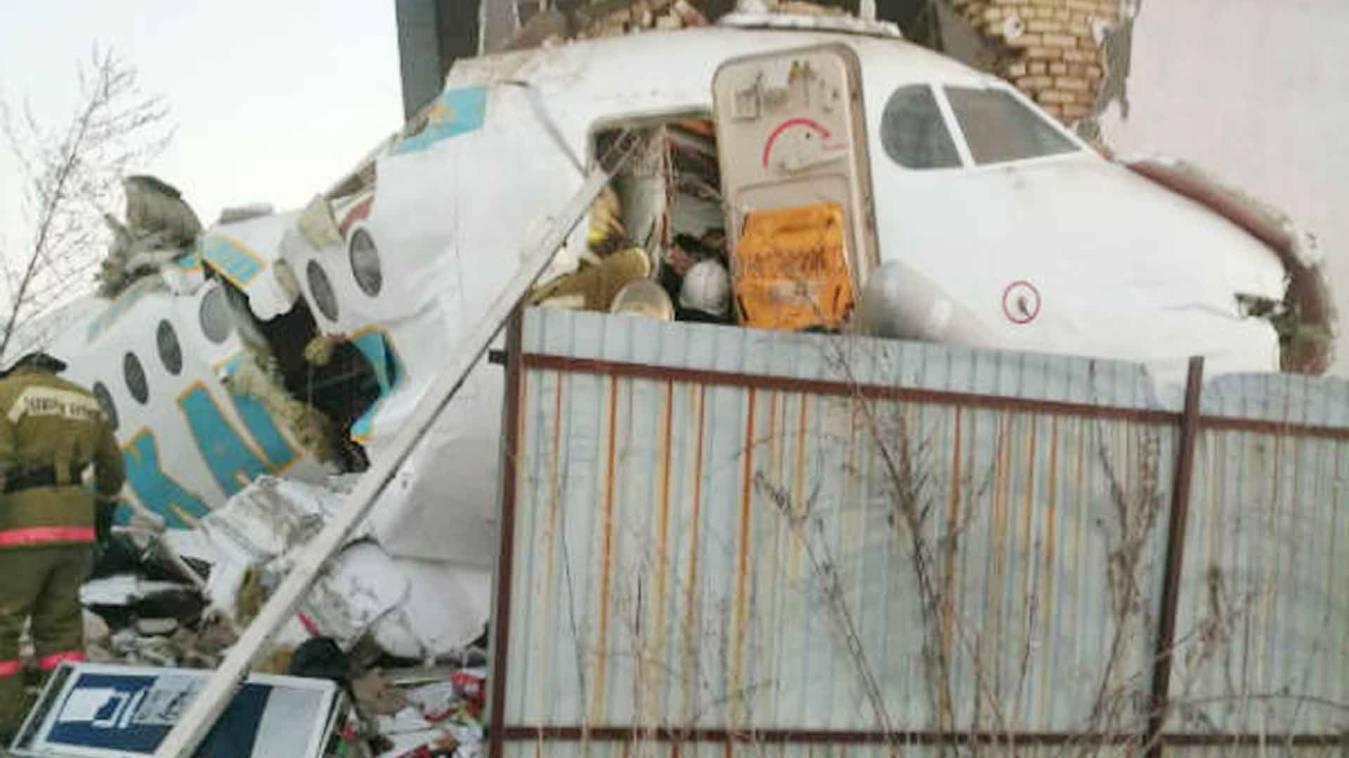 Big Breaking: अलमाटी में दो मंजिला इमारत से टकराया प्लेन, 100 लोग थे सवार