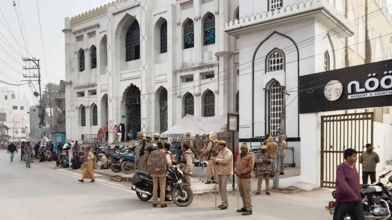 वाराणसी: जुमे पर मस्जिदों के बाहर भारी पुलिस फोर्स, एडीजी-एसएसपी ने किया रूट मार्च
