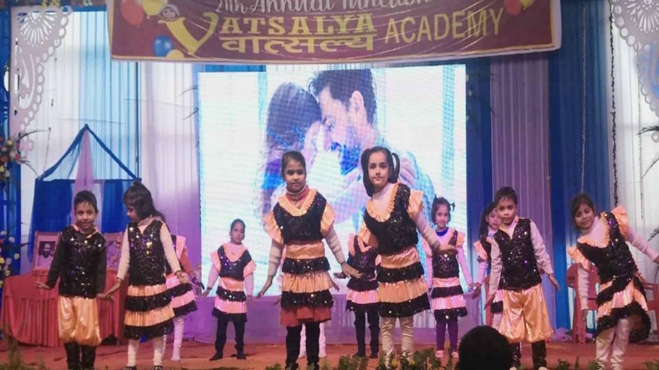 वाराणसी: धूमधाम से मना वात्सल्य एकेडमी का वार्षिकोत्सव, बच्चों की प्रस्तुति ने मोहा मन