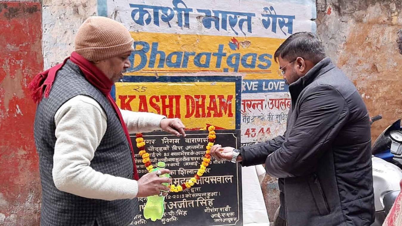 वाराणसी: राजमंदिर वार्ड 53 में पार्षद ने किया गली निर्माण कार्य का शुभारंभ
