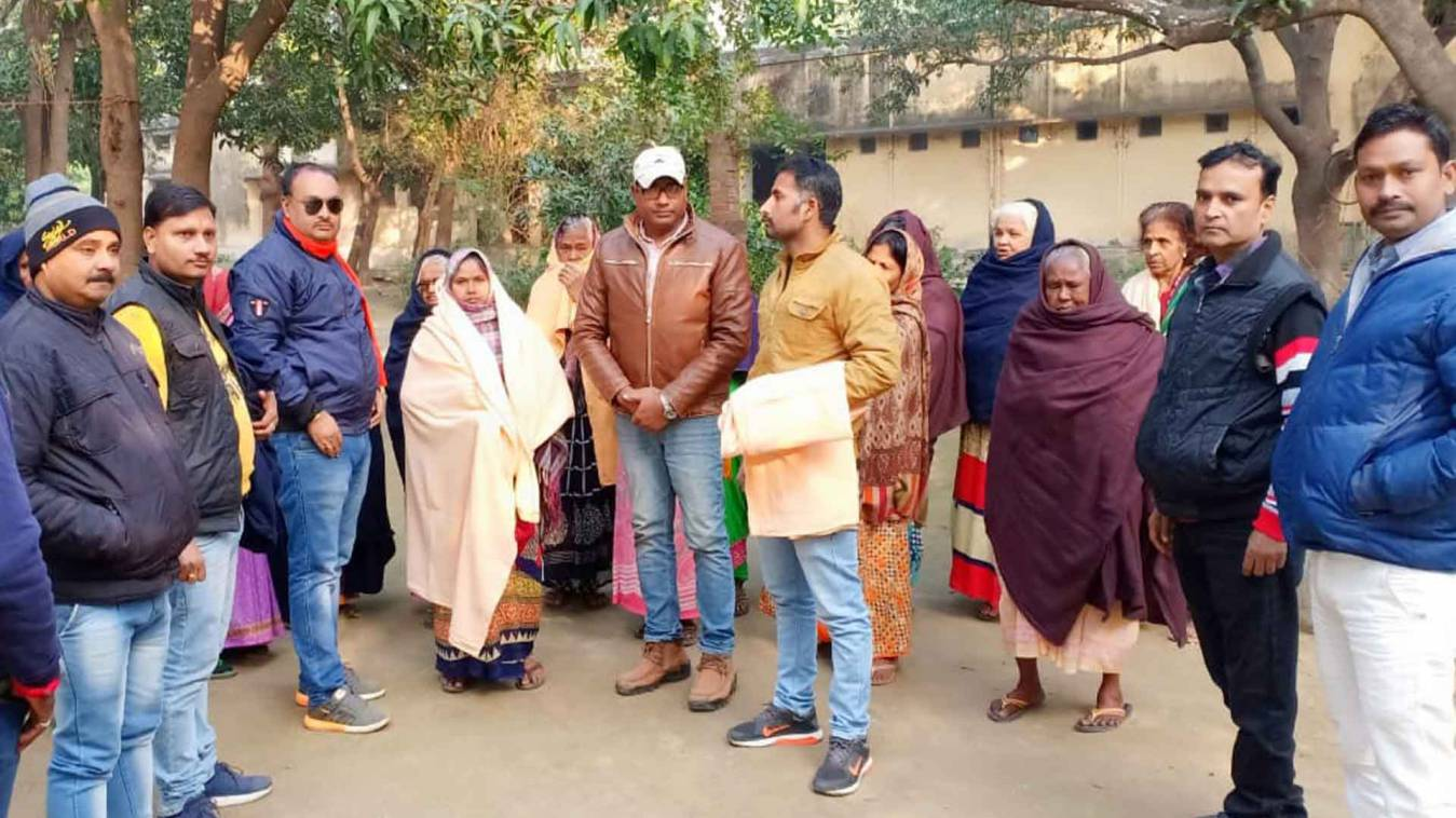 वाराणसी: हाड़ कपा देने वाली ठंड में इस सामाजिक संस्था ने बेसहारा और वृद्धों  में किया कम्बल वितरण