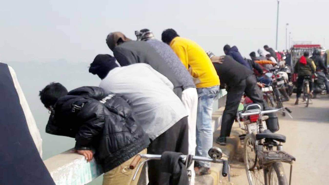 वाराणसी: भांजी के कूदने के बाद मामा ने भी लगाई सामनेघाट पुल से गंगा में छलांग