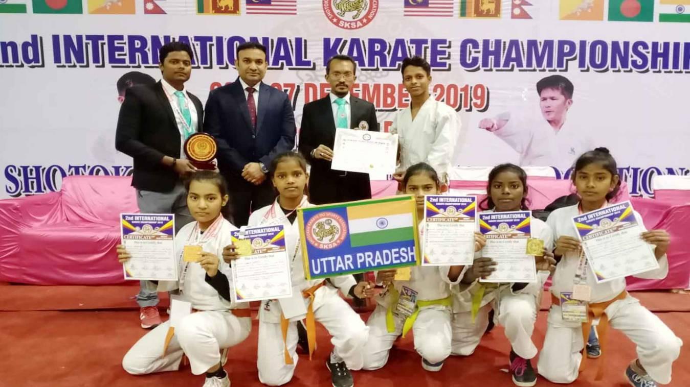 वाराणसी: सोल्जर्स मिक्स-मार्शल आर्ट अकादमी के विजेता खिलाड़ियों को कोच और ट्रेन ने दी जीत की शुभकामना