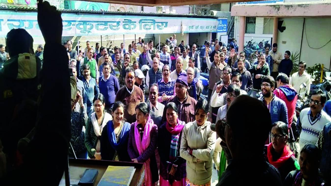 वाराणसी: निजीकरण के निर्णय पर अभिकर्ताओं ने भरी हुंकार, LIC की हिस्सेदारी न बेचे सरकार