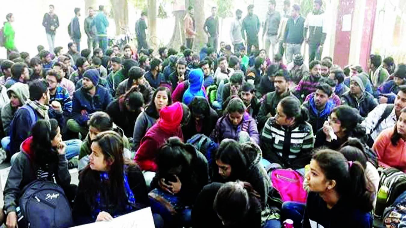 वाराणसी: 'सृष्टि' के लिए स्वतंत्रता भवन न मिलने से भड़के BHU के छात्र, किया धरना-प्रदर्शन