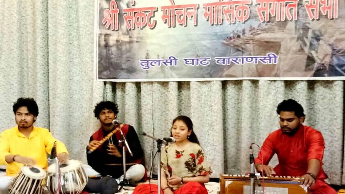 वाराणसी: श्री संकट मोचन मासिक संगीत सभा में बाल कलाकार विदुषी की गायकी ने मोहा मन