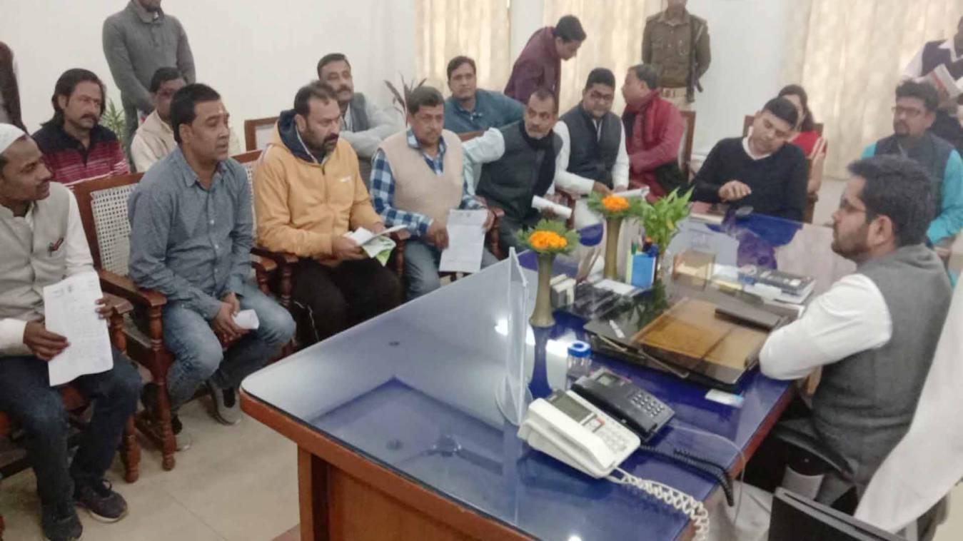 वाराणसी: विकराल सीवर समस्या को लेकर नगर आयुक्त से मिला कांग्रेस पार्षदों कादल