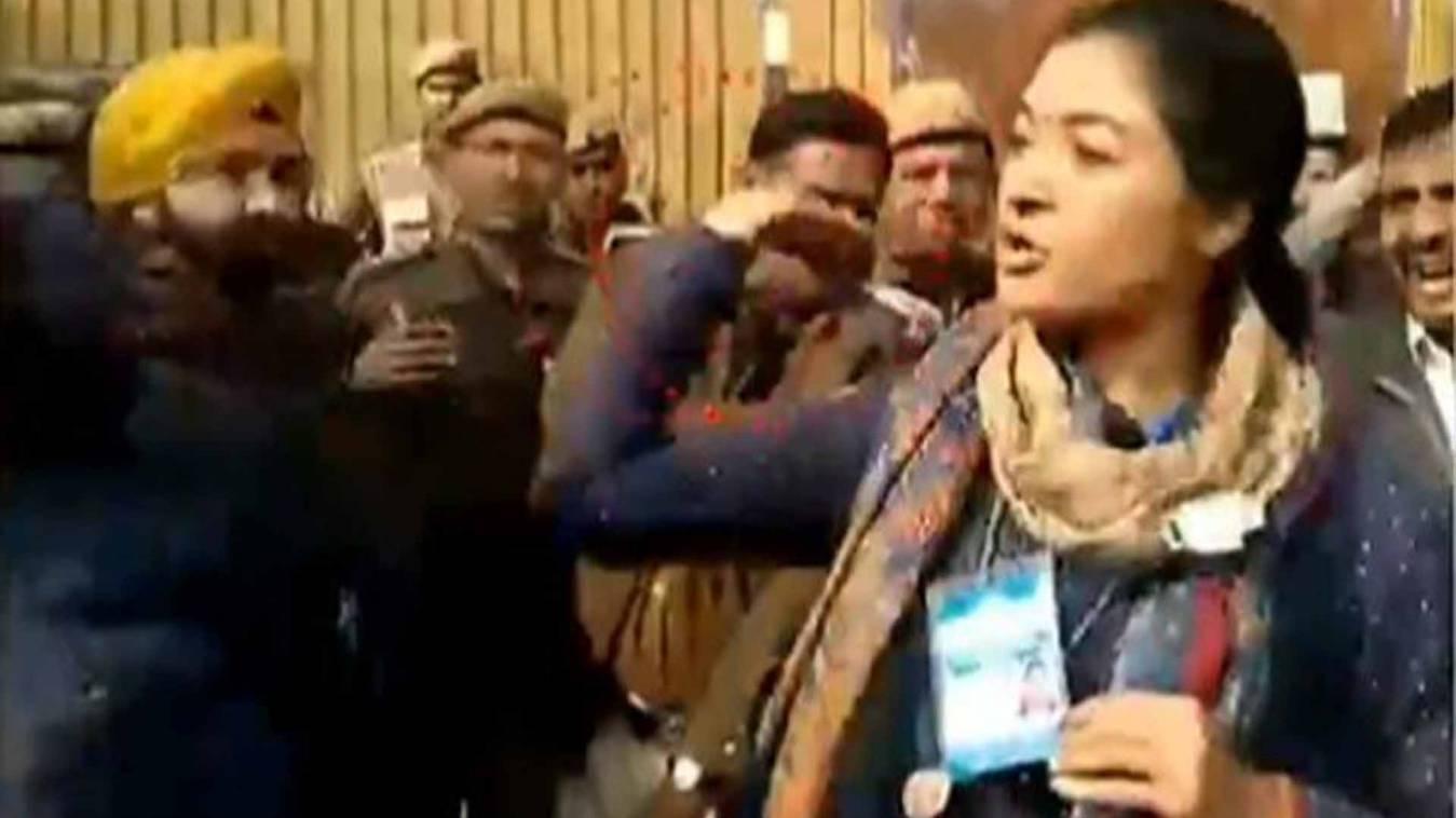 दिल्ली चुनाव: पोलिंग बूथ पर कांग्रेस उम्मीदवार अलका लांबा ने AAP कार्यकर्ता को मारा थप्पड़