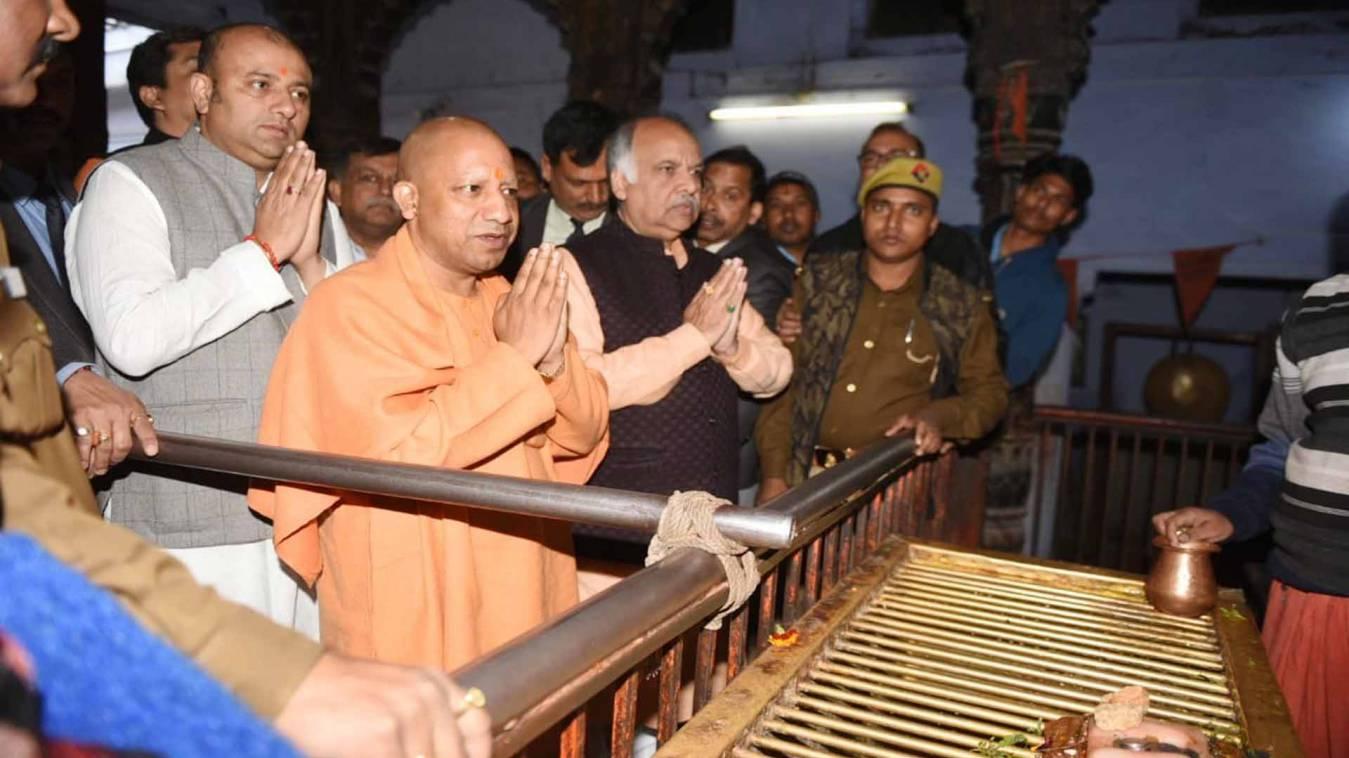 वाराणसी: दिल्ली चुनाव रिजल्ट से पहले सीएम योगी ने लगाई संकटमोचन में हाजिरी, लिया आशीर्वाद