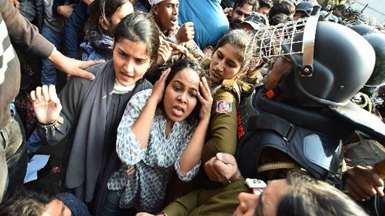 दिल्ली पुलिस ने मारी प्राइवेट पार्ट पर लात, कपड़े और हिजाब भी फाड़े, जामिया के छात्राओं का आरोप