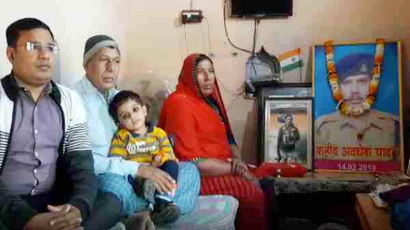 पुलवामा: चंदौली के शहीद अवधेश के परिजन मायूस, सरकार ने नहीं किये अब तक वादे पूरे