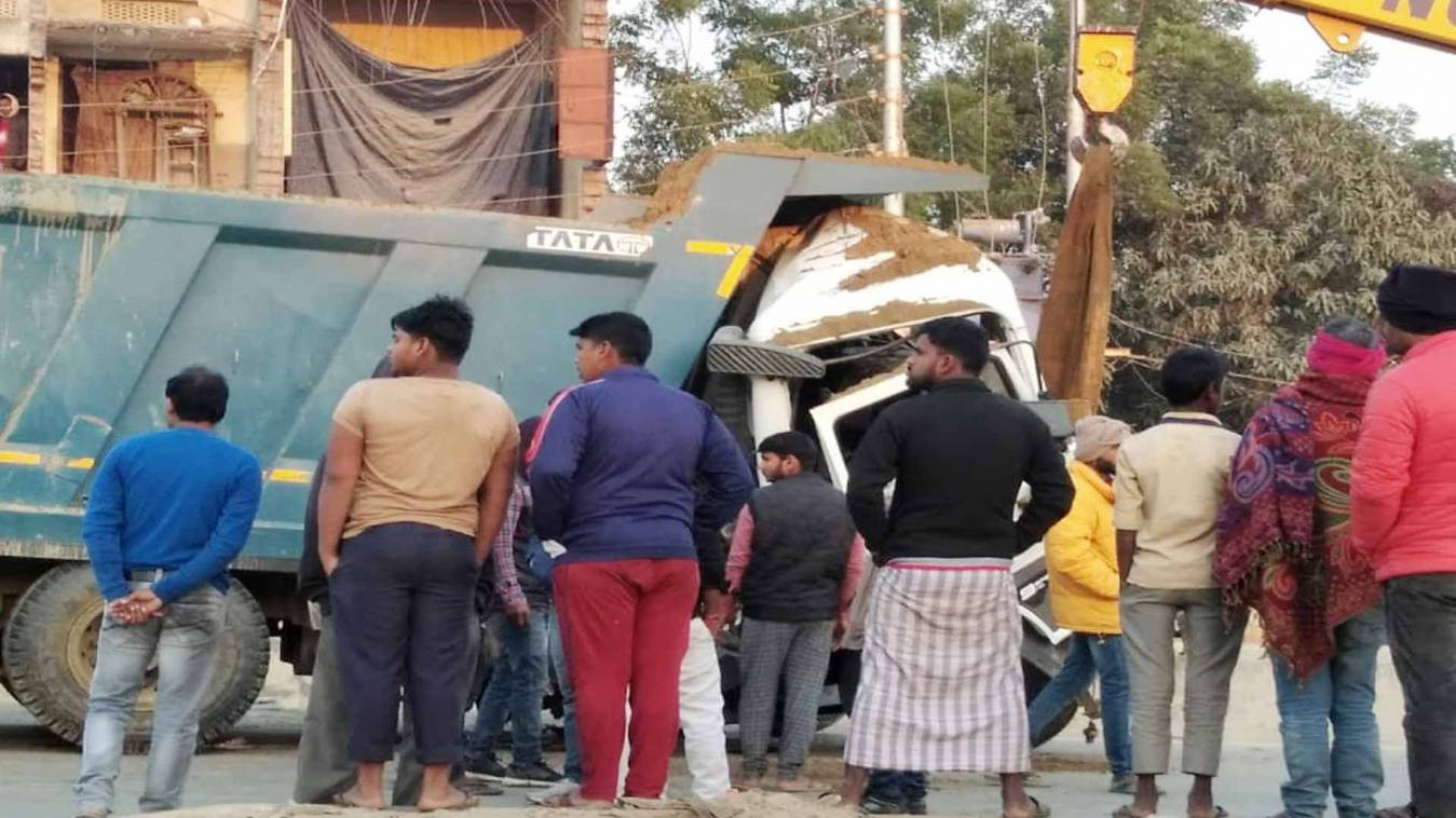 वाराणसी: चौबेपुर में ट्रक-डंपर में जोरदार टक्कर, हादसे में चालक की दर्दनाक मौत