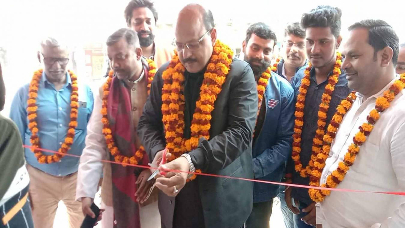 वाराणसी: मीरापुर-बसही चौराहे पर ट्रेडिंग जोन मेंस वियर का हुआ भव्य शुभारंभ