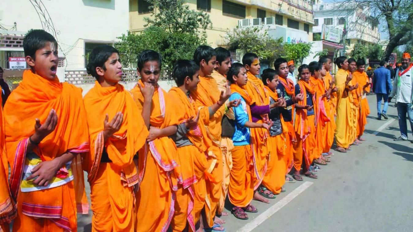 वाराणसी: वेदपाठी वटुकों ने मंगलाचरण कर किया पीएम मोदी का स्वागत