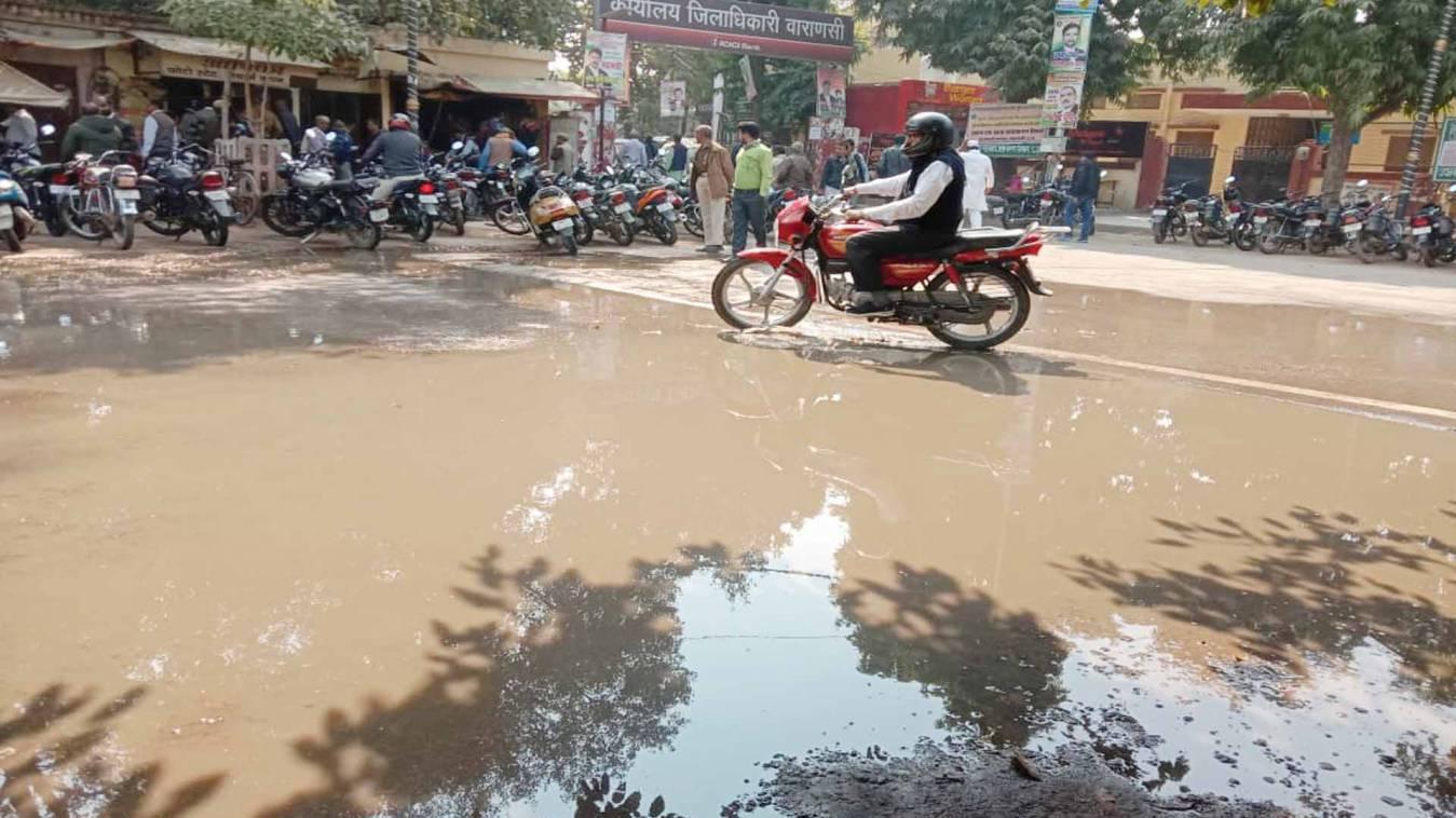 वाराणसी: जहां से कल गुजरे थे सीएम वहां आज बह रहा पानी, दो दिन में गड्ढे में तब्दील हुए सड़क