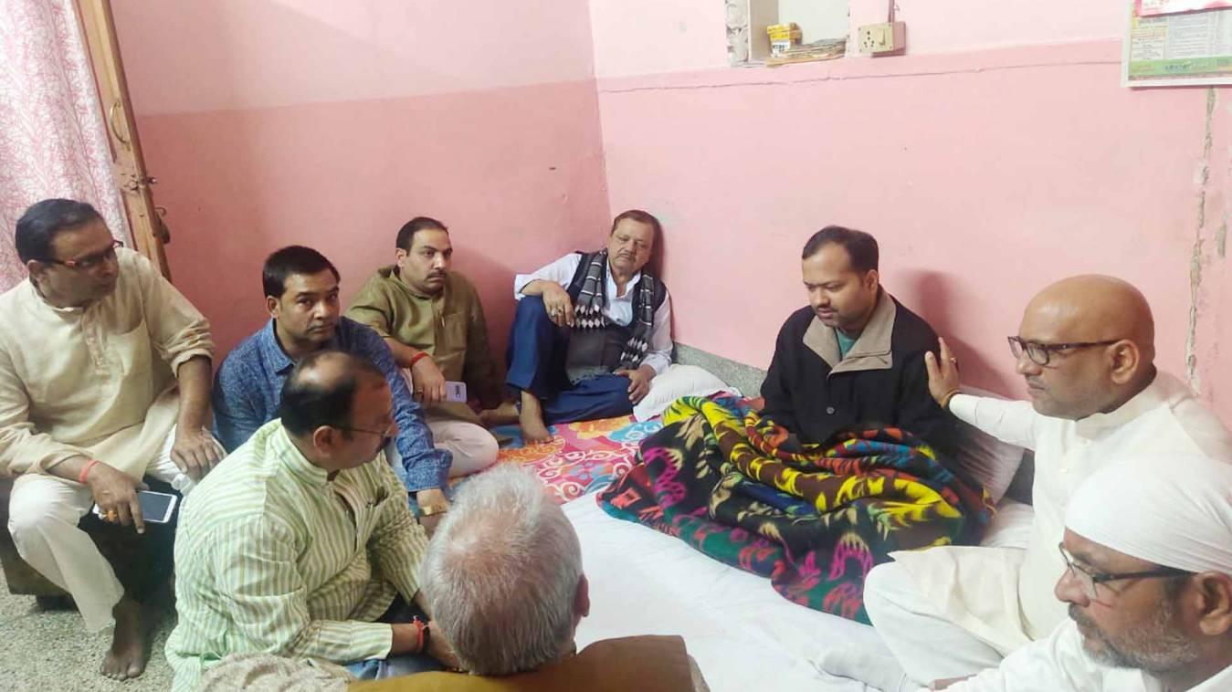 वाराणसी: पूर्व विधायक अजय राय के नेतृत्व में तुलस्यान परिवार से मिले कांग्रेसी, बांटा दुःख-दर्द