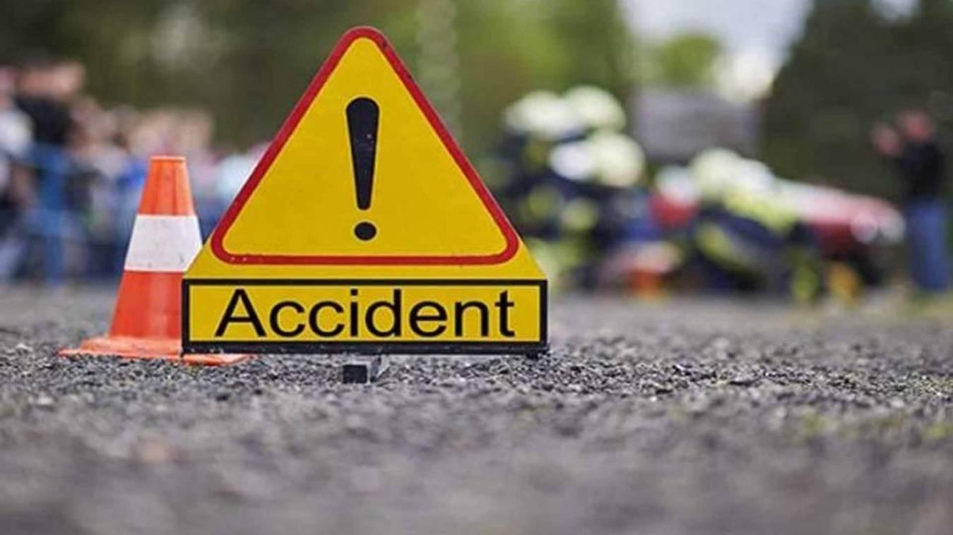 वाराणसी: चालक की लापरवाही से खतरे में बच्चों की जान, बिजली पोल से टकराया मैजिक वाहन
