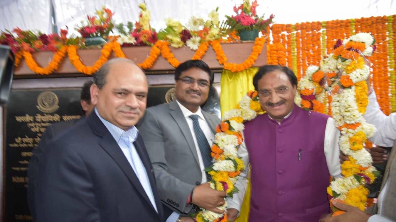 वाराणसी:एचआरडी मिनिस्टर 'निशंक' ने किया बीएचयू में तीन भवनों का शिलान्यास