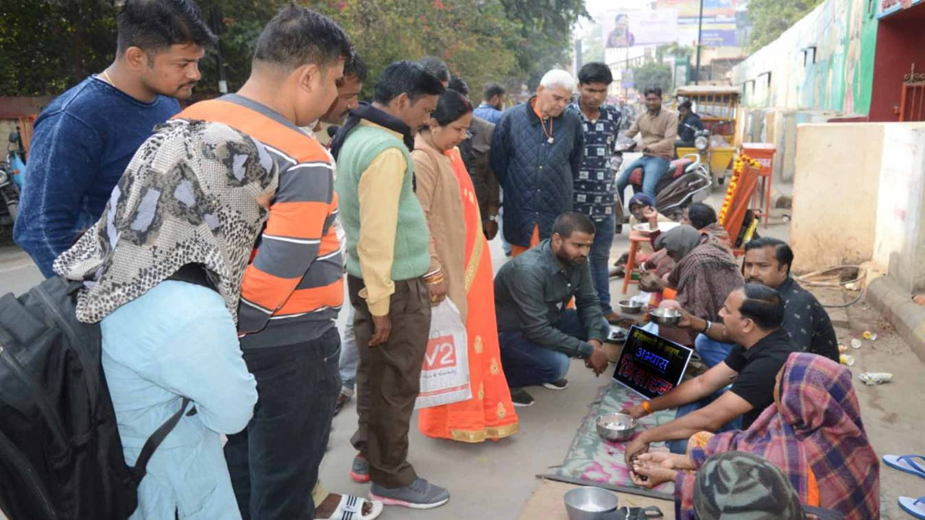वाराणसी: महंगाई और बेरोजगारी की मार ने पूर्व पार्षद को किया भीख मांगने को मजबूर