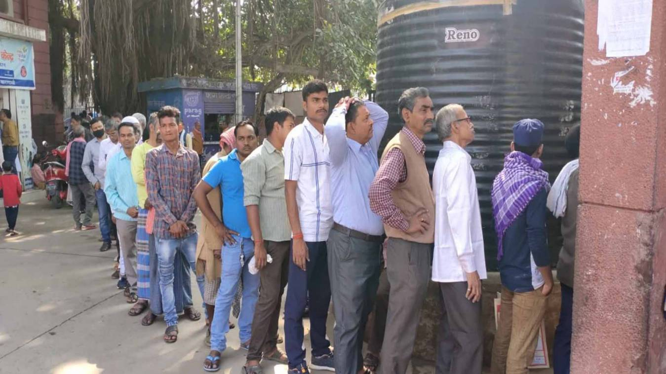 वाराणसी: होली की छुट्टी के बाद अस्पतालों में उमड़ी मरीजों की भीड़, लगी लंबी कतारें