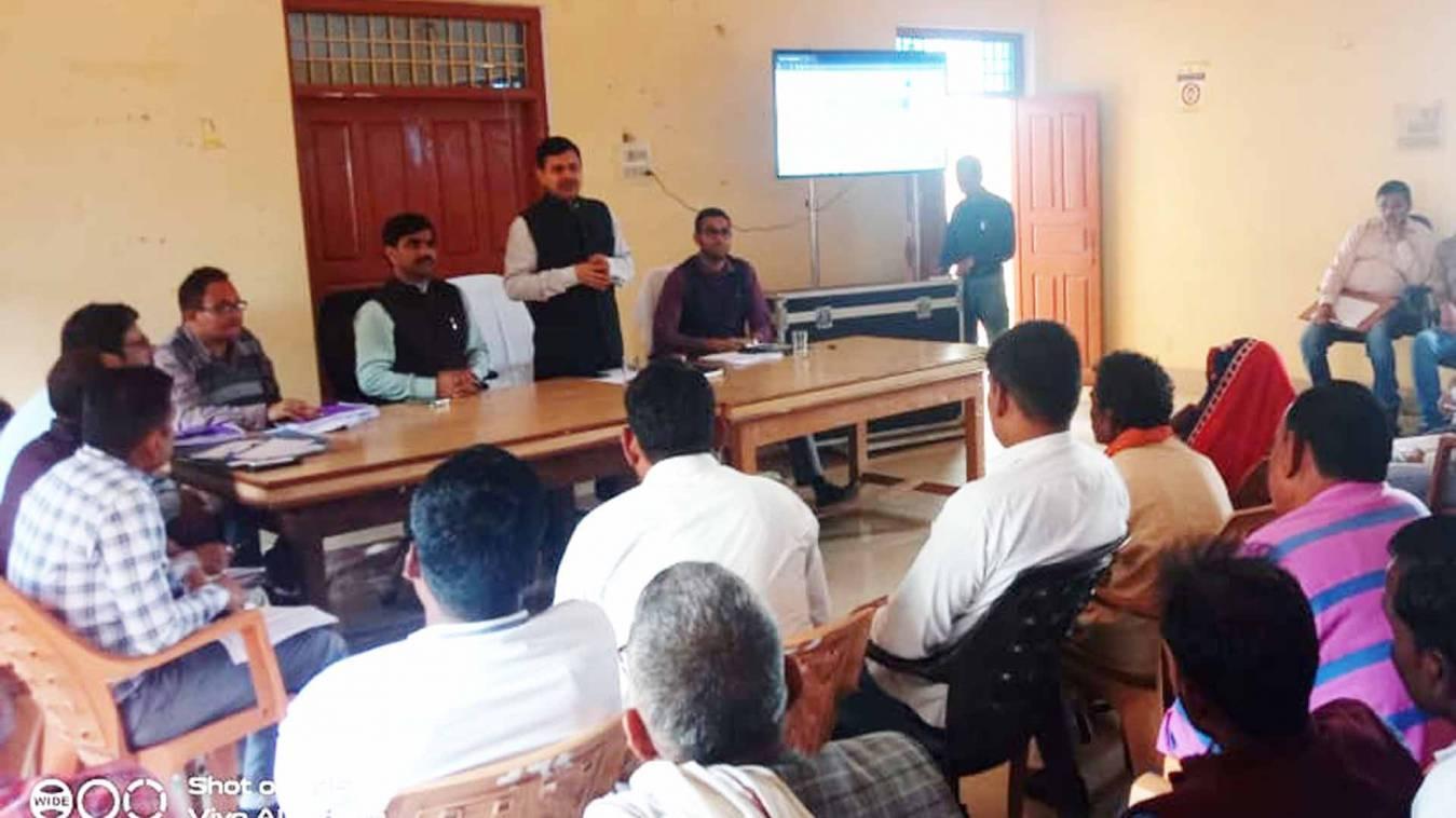 वाराणसी: डीएम ने प्रधान और ब्लाक प्रमुखों से कहा, सरकारी नीतियों का हर हाल में हो क्रियान्वन