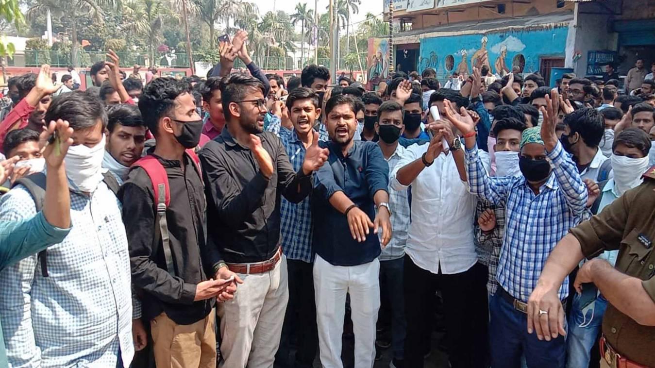 वाराणसी: कोरोना से डरे यूपी कालेज के छात्र, परीक्षा स्थगन को जिला मुख्यालय पर किया धरना-प्रदर्शन