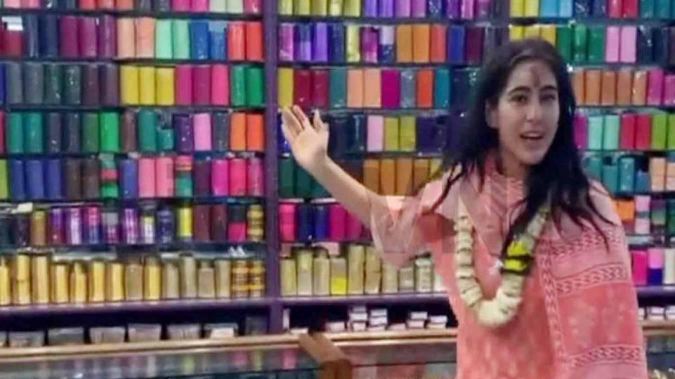 वाराणसी: सैफ की बिटिया सारा अली को भायीं बनारसी चूड़ियां, वीडियो वायरल
