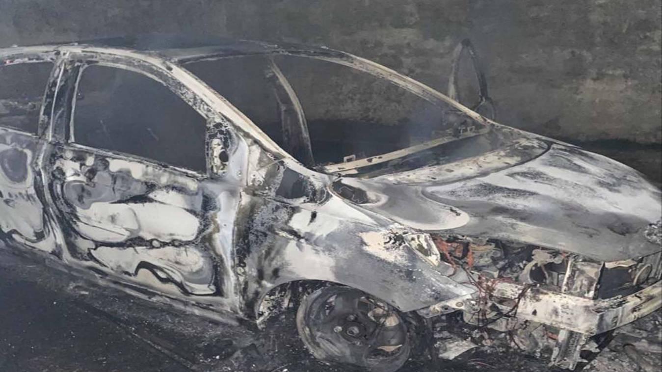 वाराणसी: डीएवी में जल कर ख़ाक हो गई कार, ड्राईवर और साथी ने छलांग लगाकर बचाई जान