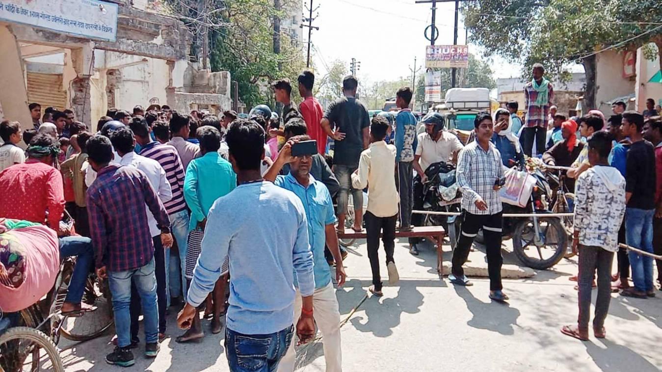 वाराणसी: भीमनगर में सीवर जाम से जनता परेशान, सड़क जामकर कर किया प्रदर्शन