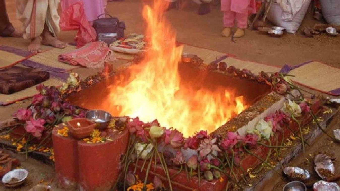 वाराणसी: होली मिलन बैन होने के बाद किया होली हवन समारोह का आयोजन