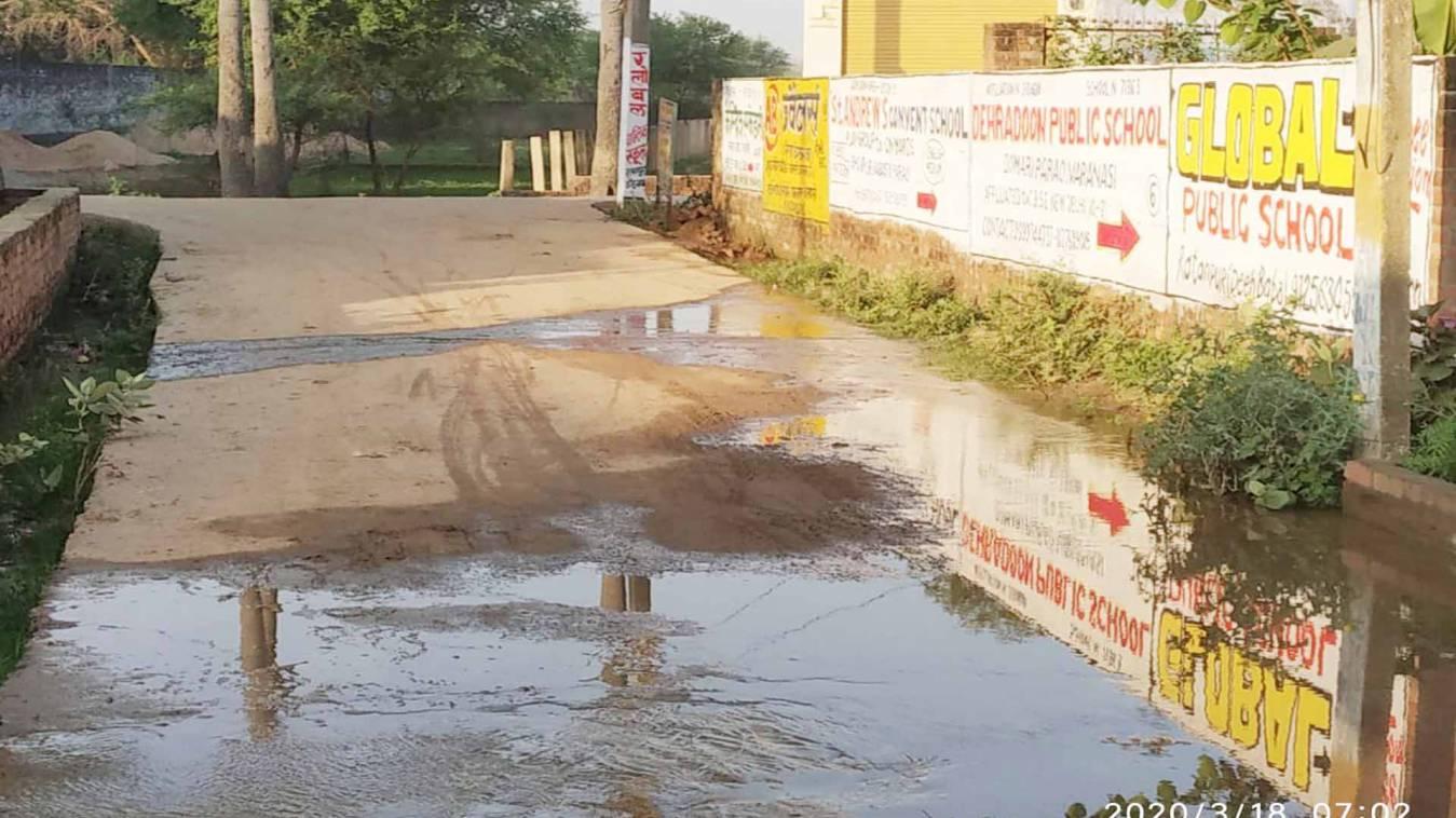 वाराणसी: पीएम के आदर्श गांव में बर्बाद हो रहा हजारों लीटर पानी, नहीं सुन रहे जल निगम के कर्मचारी