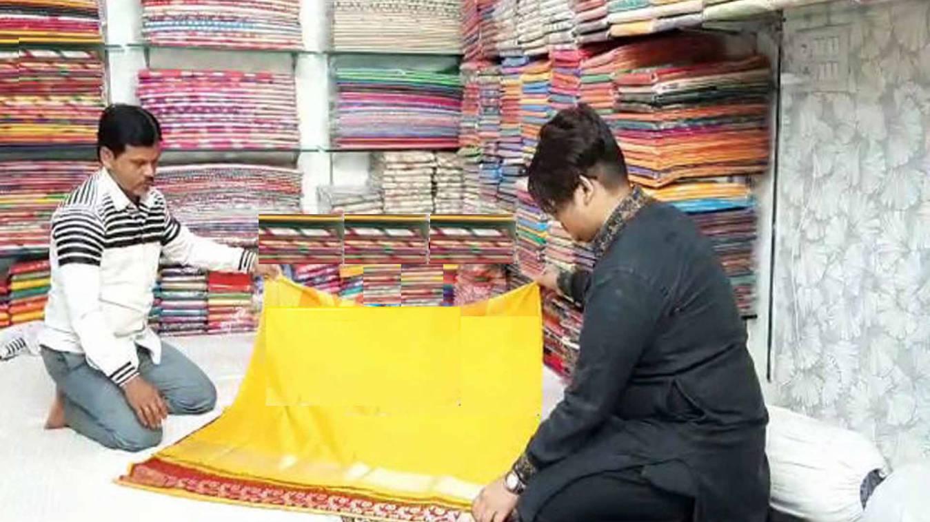 वाराणसी: कोरोना से ठप हुआ बनारसी साड़ी का कारोबार, दुकानों पर पसरा सन्नाटा