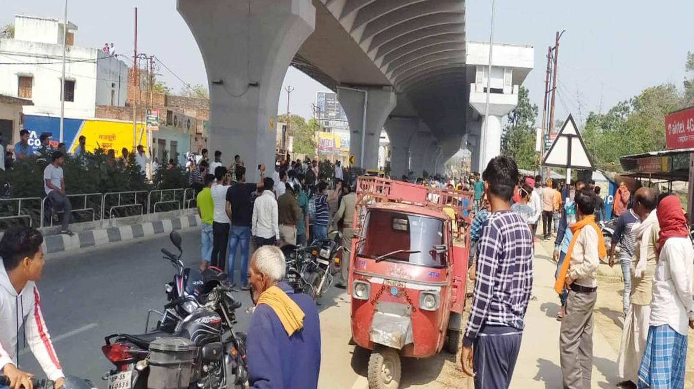 वाराणसी: पुलिसिया कार्रवाई के खिलाफ सड़क पर उतरे ग्रामीण, किया चक्काजाम