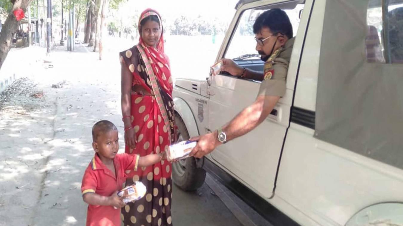 वाराणसी: लॉकडाउन के बीच हमदर्द बन रही पुलिस, गरीबों में राहत सामग्रियों का किया वितरण