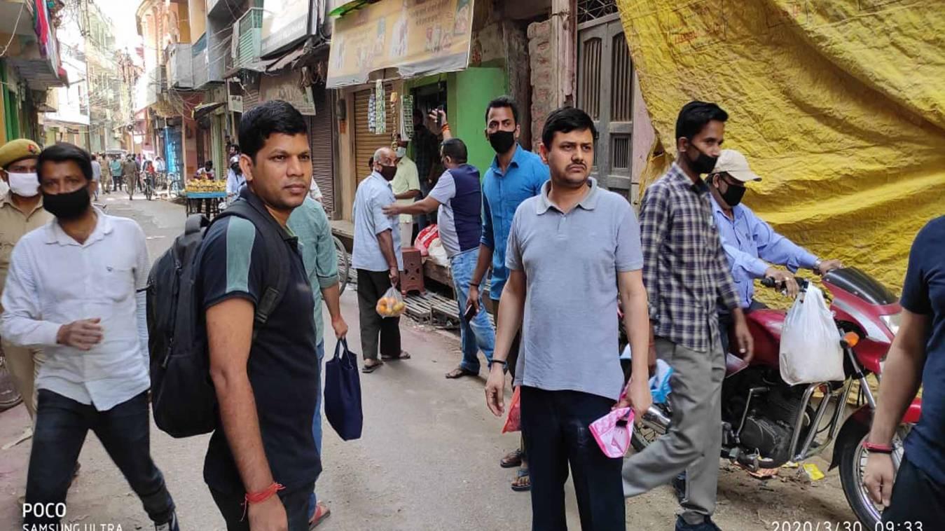 वाराणसी: जब सादे कपड़ों में बिना मास्क लगाये ग्राहक बन दुकानों पर  पहुंचे डीएम-एसएसपी