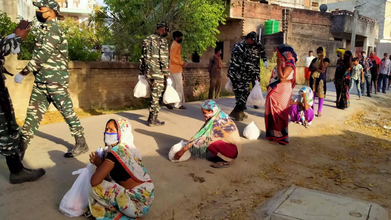 लॉकडाउन : न रहे चूल्हा सूखा, न रहे कोई भूखा, मुहिम को अंजाम दे रहे हैं कमांडेंट एनपी सिंह