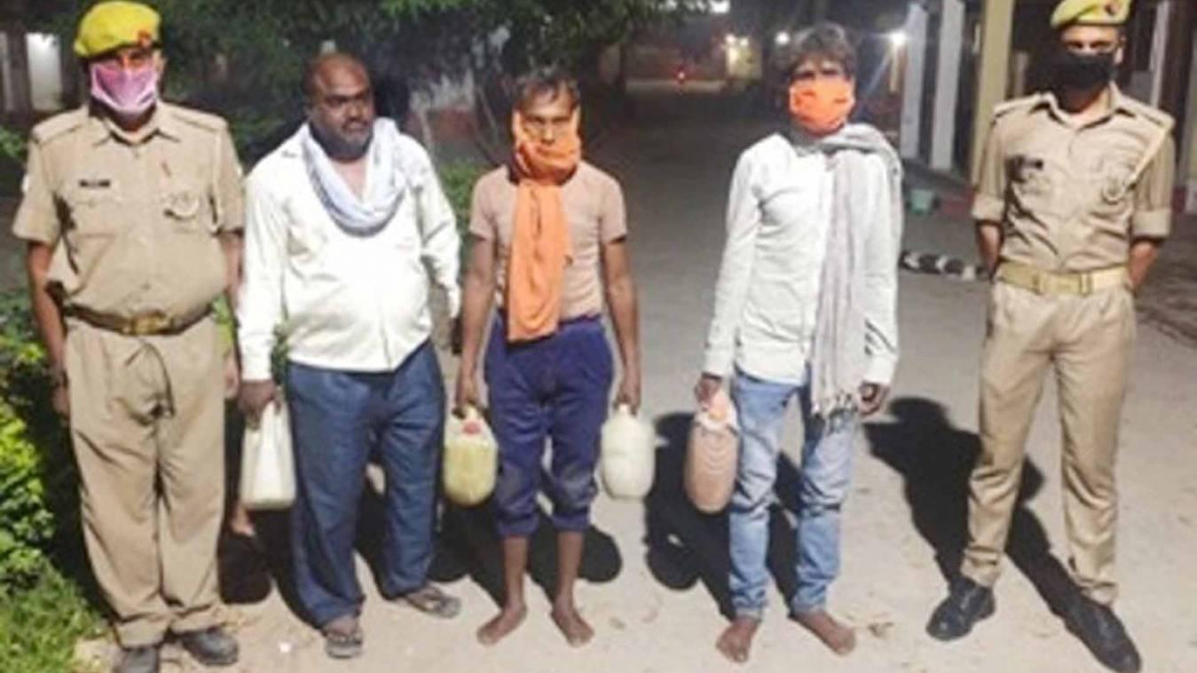 वाराणसी: Lockdown में भी धड़ल्ले से बेच रहे थे शराब , 60 लीटर के साथ तीन गिरफ्तार