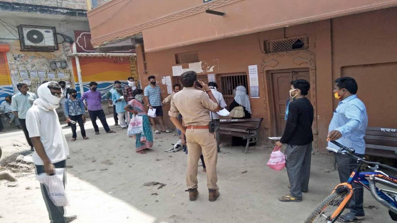 वाराणसी: खाद्य आपूर्ति कार्यालय पर पीड़ितों का हंगामा, कहा- लॉकडाउन में नहीं मिल रहा राशन