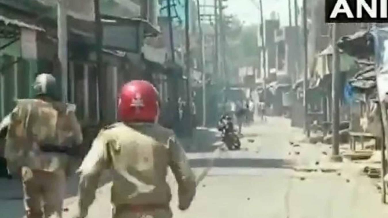 अलीगढ़ में लॉकडाउन का पालन कराने गई पुलिस पर पथराव, दो पुलिसकर्मी घायल