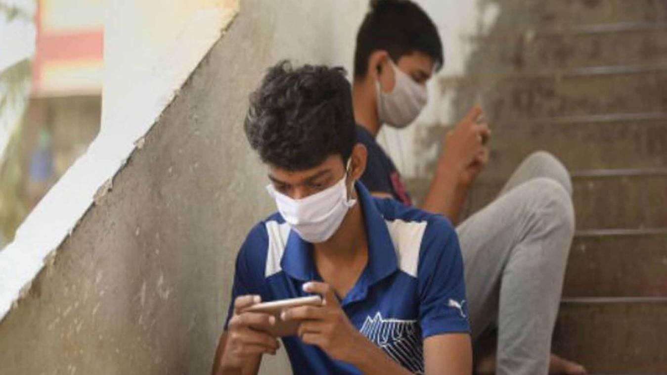 मोबाइल फोन से फ़ैल सकता है कोरोना संक्रमण! सरकार ने अस्पतालों में मोबाइल किया बैन