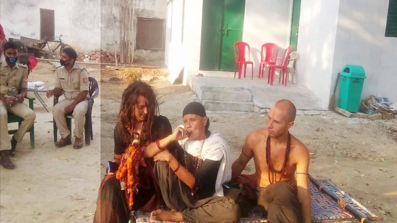 वाराणसी: शमशान घाट पर अनुष्ठान की जिद और धरने पर बैठी विदेशी महिला,पुलिस के छूटे पसीने