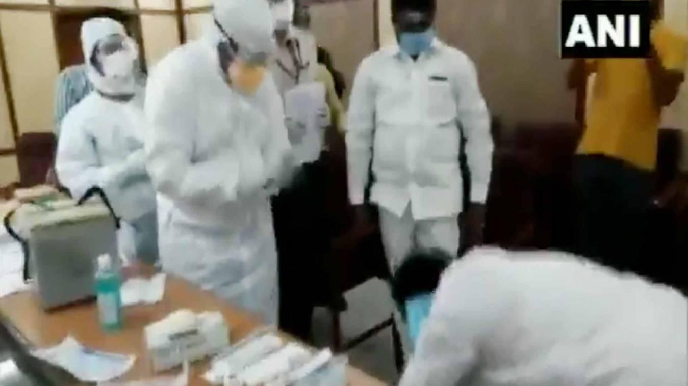 सराहनीय: कोरोना शिविर में कांग्रेस विधायक ने डॉक्टरों के पैर छूकर दिया धन्यवाद